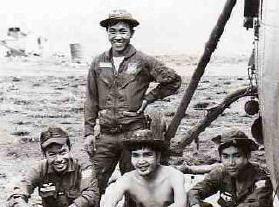 219 Phi hành đoàn bên cạnh H34 / Trung Úy Nguyễn Hoàn ngồi hàng đầu