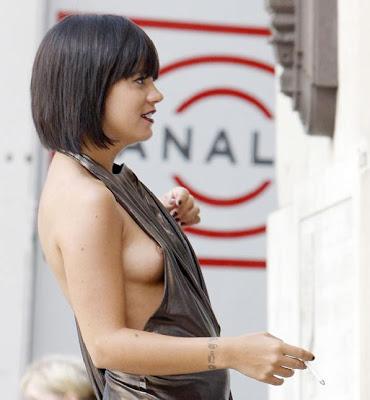 "Lily+Allen+Nipple+Slip+Wardrobe+Malfunction+Music+on+Video+Set+www.GutterUncensored.com+18 Z61m的音箱同样设置在键盘左右边框,可以通过键盘上的""多媒体组合键""控制影音播放 ..."