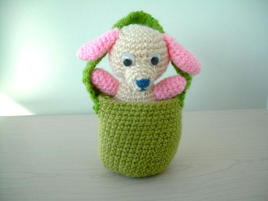 perrito tejido a crochet con bolsito de transporte