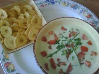 Bol de sopa fría de aguacate acompañado de una bandeja de chips de plátano macho.