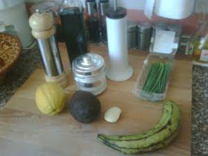Ingredientes de la sopa fría de aguacate con chips de plátano macho.