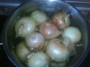 Escaldando las cebollas.