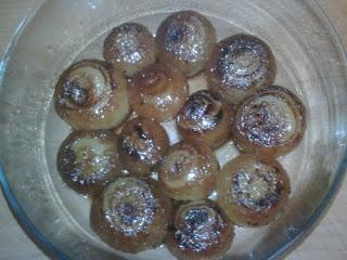 Bol de cristal con cebollas francesas caramelizadas.