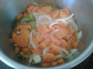Cocer las verduras en el vinagre.