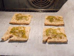 Aderezar y tostar el pan.