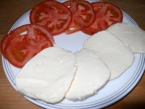 Cortar el queso y el tomate.