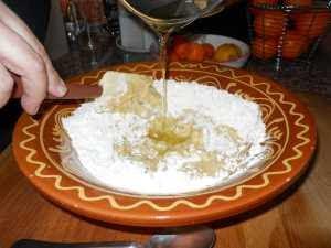 Añadir el aceite a la harina.