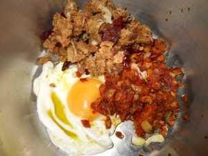 Poner en la olla el huevo, el sofrito y el majado.