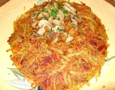 Champiñones al ajillo sobre alfombra de patata, zanahoria y piquillos.