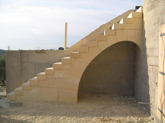 Escalier massif sur arc rampant