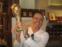 Replica da copa mais desejada do mundo do futebol essa Italia levou exposicao em Doha Qatar
