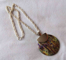 Collar Cod 2454 -1 Pendiente nacar en lila y verde S/ 35.00 Nuevos Soles