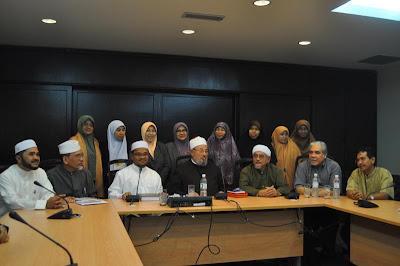 Majlis berlangsung di dewan mesyuarat Pejabat Agong PAS Pusat di Jalan ...
