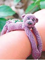 вязанная игрушка браслетик