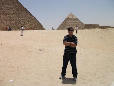 o nosso Ser.´. Dr. Hélio, no Egito!