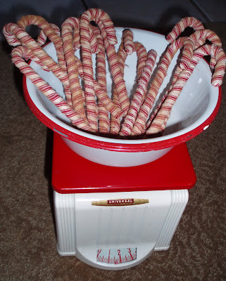Lipstick and Laundry: Primitive Candy Cane Tutorial