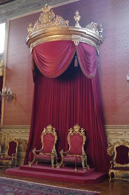 Exposition « Trônes en majesté, l'autorité et son symbole » - Page 3 DSC01733