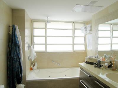 חלון בחדר אמבטיה
