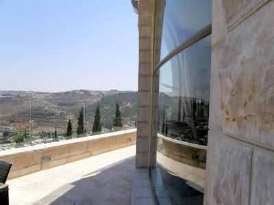 החלון במבט צד עם נוף לירושלים