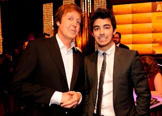 Joe Jonas se emociona con Paul McCartney  :) Joe-jonas-y-paul-mccartney-en-Critics-Choice-Awards