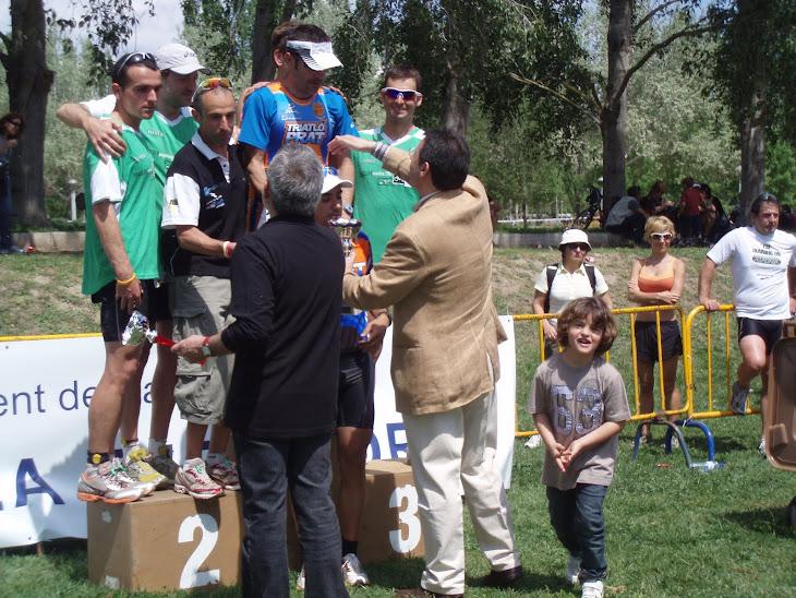 el Roger entregant els trofeos als guanyadors