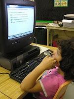 Afbeelding van kind achter computer