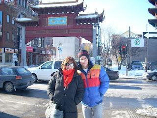 Moni y Cris en la entrada sur al barrio Chino