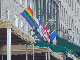 El restaurante Le Fripon exhibe todas las banderas