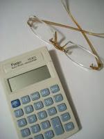 Calculadora y lentes para seguir los números