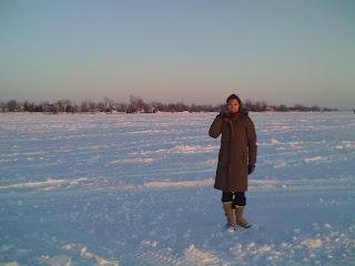 Sole en medio del río congelado