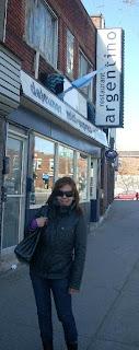 Moni en la puerta del Restaurante Argentino de Montreal