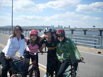 Sole, Romi, Adrian y Moni a mitad del puente con Montreal de fondo