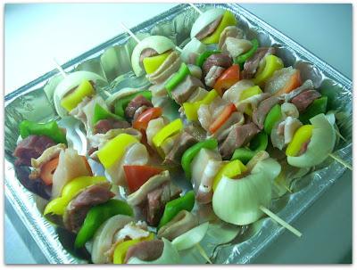 Brochettes: cebolla, carne, pimientos, pollo y panceta ahumada