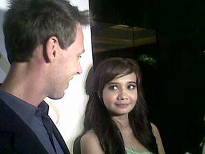 Zaskia Sungkar terlihat membawa seorang pria bule yang kemudian ...