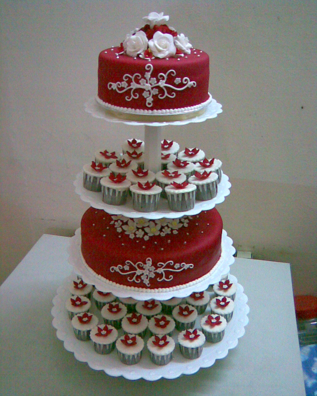 jujucupcakes Four tiers Red & White theme