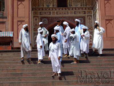 pakistan-lahore-mosque-prayer-people