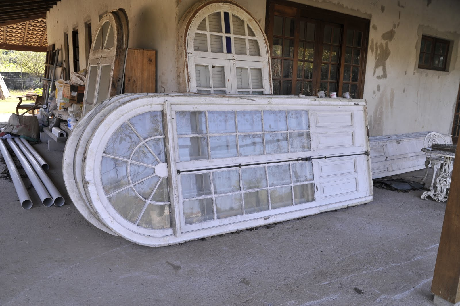 #888043 Portas pintadas de branco a serem restauradas. 572 Janelas Em Arco Sasazaki