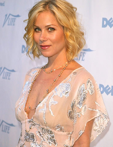 Christina Applegate tousled blonde hairstyle with roller effect.
