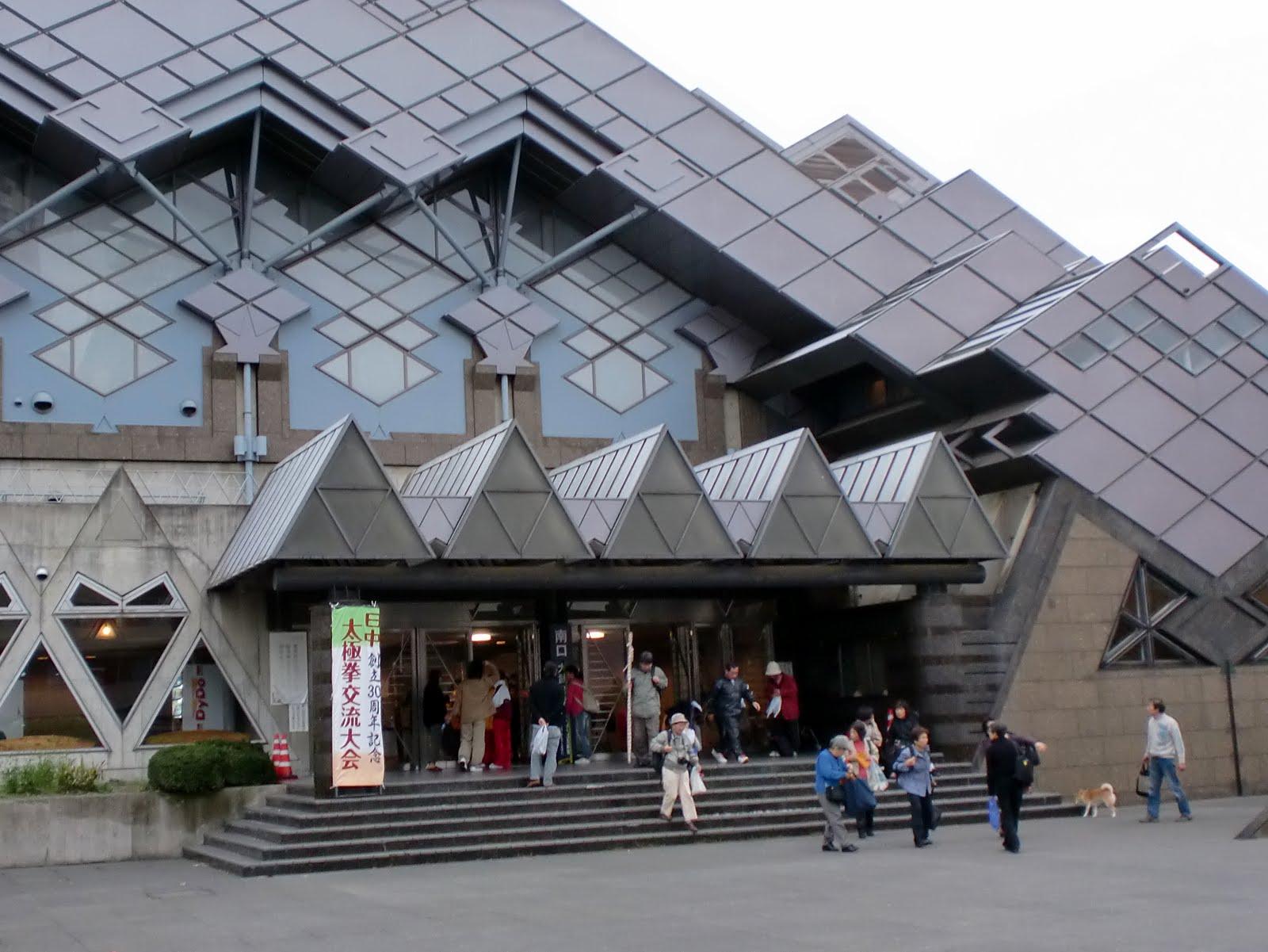 ひし形を積み重ねたメタリックな屈強な建物です。