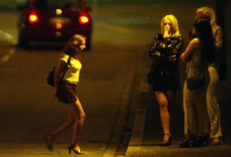 Trois jolies filles qui font plaisir a deux mecs