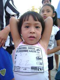 Una de las corredoras de las competencias infantiles