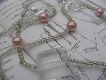 Rosa y cristal en un hermoso collar.
