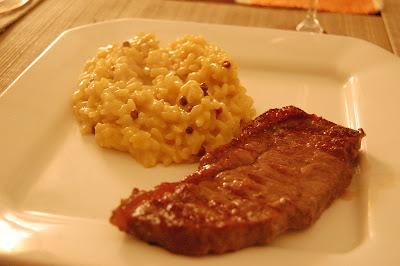 risoto de açafrão com pimenta rosa e contrafilé grelhado
