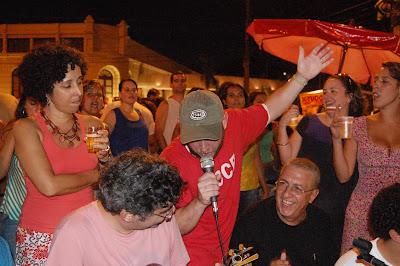 Luiz Antonio Simas cantando, roda de samba em Niterói, 26 de dezembro de 2007