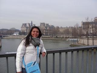 Nathalia Quintans, às margens do rio Sena, em Paris