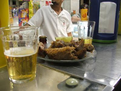 porção de costela de porco com limão, escoltada por cerveja Brahma, na madrugada do dia 11 de setembro de 2008, no BAR ESTUDANTIL, na rua Haddock Lobo, na Tijuca