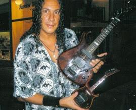 Fred Menendez e a réplica da sua guitarra