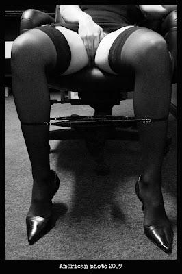 Donna che si tocca in ufficio