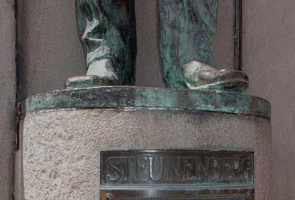 Footnote-Frank's Feet - click the pic to read more about the statue.