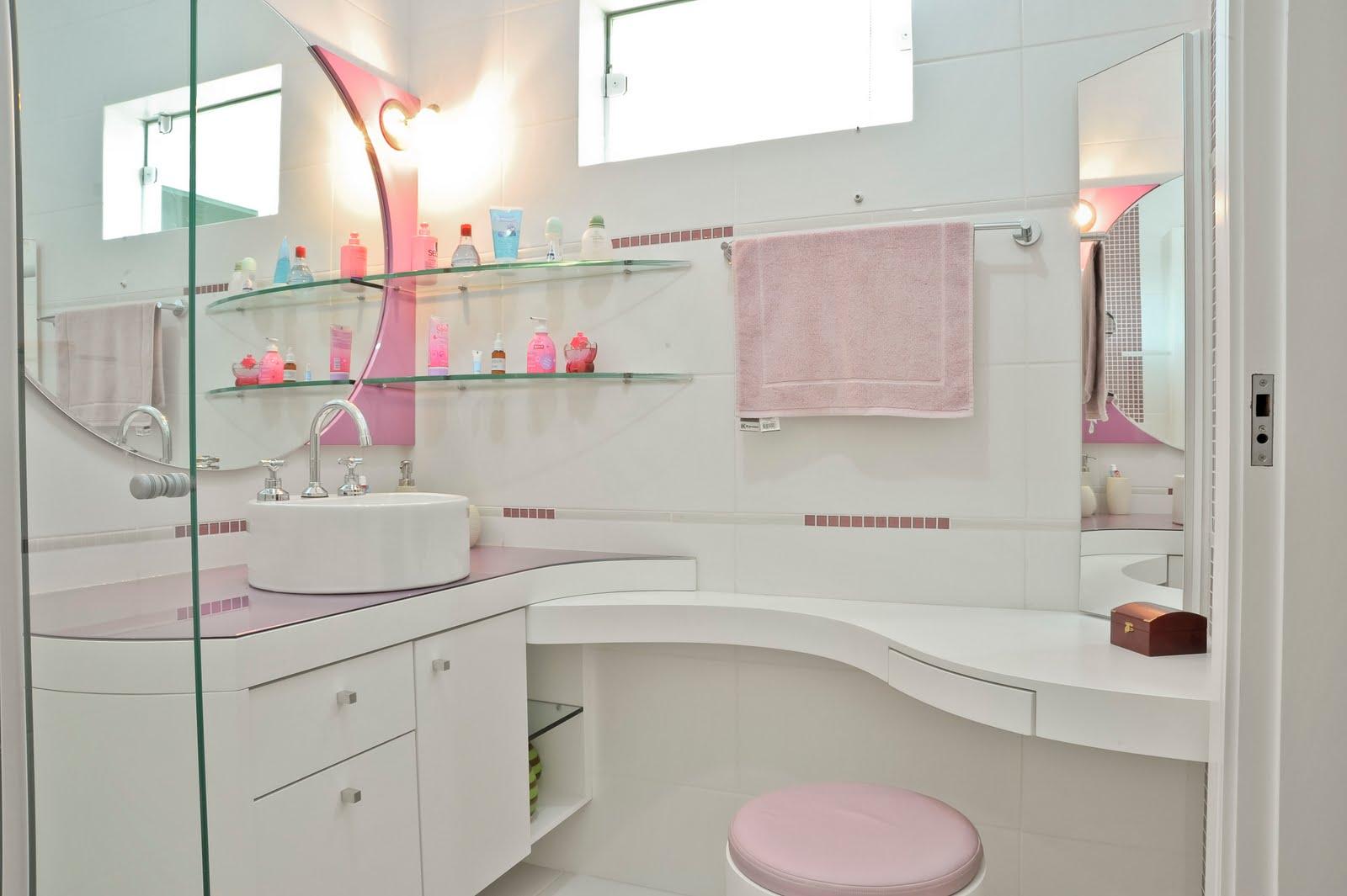 Banheiro da filha adotando a mesma linguagem linhas curvas trazendo  #92394D 1600x1065 Bancada Banheiro Laca